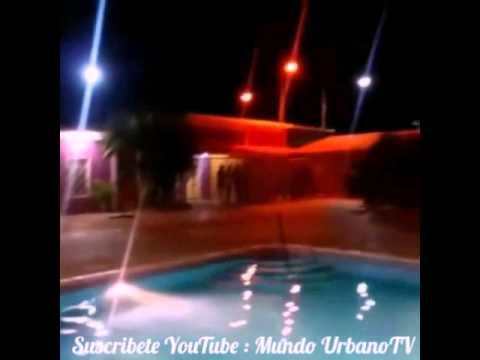 diosa canale se desnuda en la piscina frente sus fans