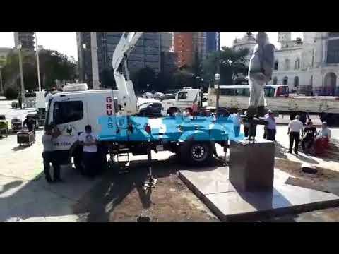 El monumento a Alfonsín ya llegó a la Ciudad y se espera por su inauguración