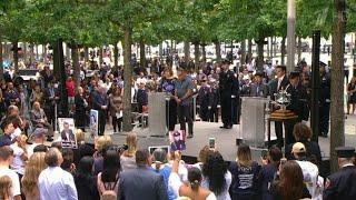 В Нью-Йорке на месте Всемирного торгового центра зачитывают имена погибших в теракте 11 сентября.