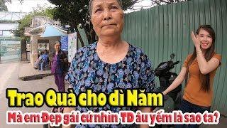 Trao quà Việt Kiều gởi dì Năm bị em Đẹp gái nhìn chằm chằm!