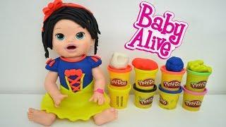 La Muñeca Baby Alive Sara haciendo un disfraz de Blancanieves con plastilina Play Doh!!! TotoyKids