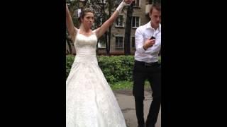 Танец невесты на улице