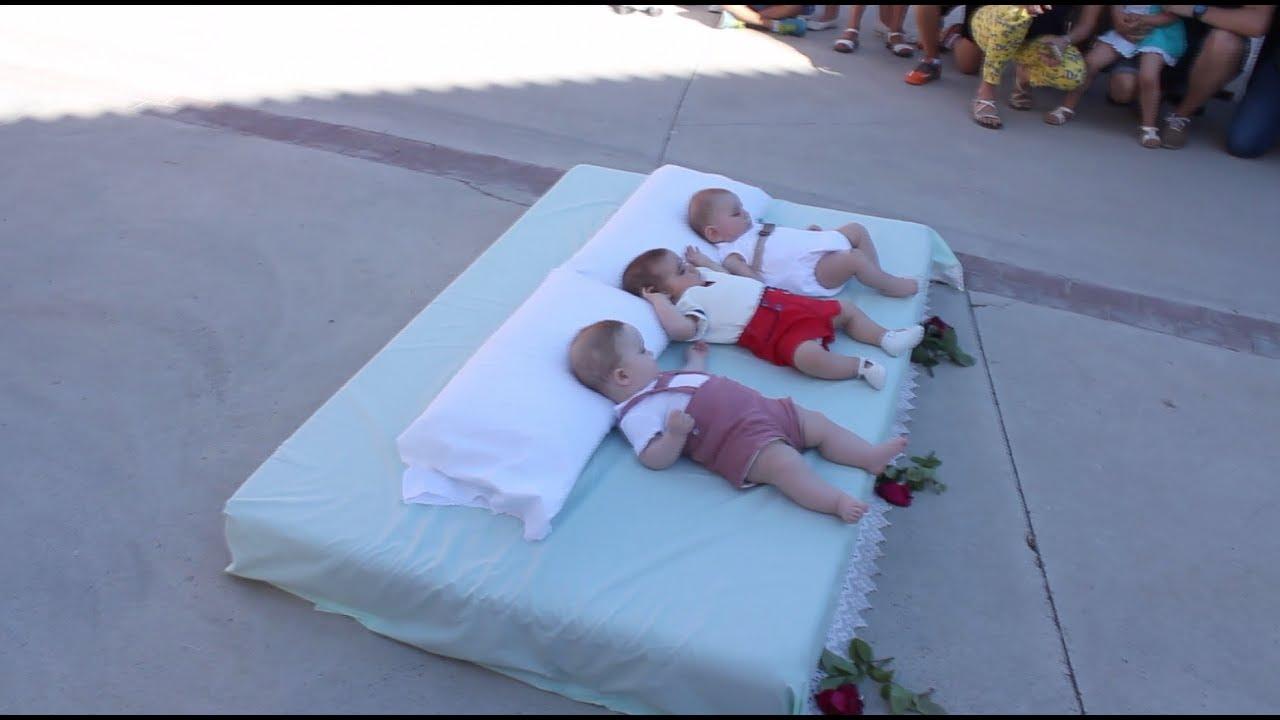 В Испании состоялся ежегодный ритуал прыжков через младенцев