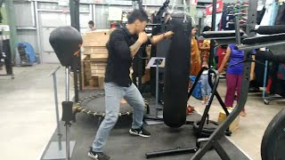 Boxing without boxing Gloves at Decathlon see the reaction