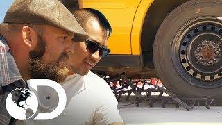 ¡Brian vs. barrera de clavos! | Mythbusters: Los cazadores de mitos | Discovery Latinoamérica