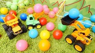 Araba oyunları. İş arabaları topları topluyorlar. Eğitici video.