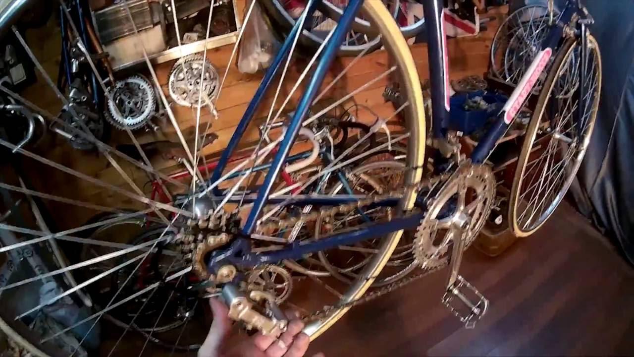 Шоссейный велосипед всегда выпускался только в прямом варианте и был легче обычного синглспида. Правда, почти все байки тех времен имели.