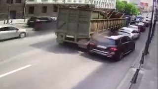 """Авария во Владивостоке: грузовая платформа смяла несколько """"легковушек"""""""