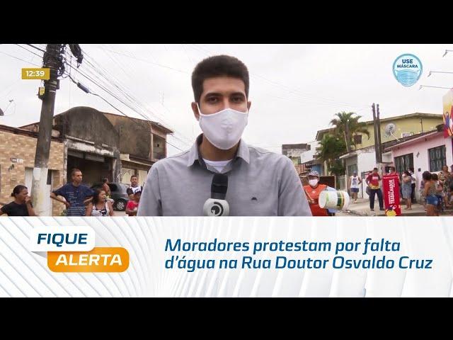 Moradores protestam por falta d'água na Rua Doutor Osvaldo Cruz, na Chã de Bebedouro