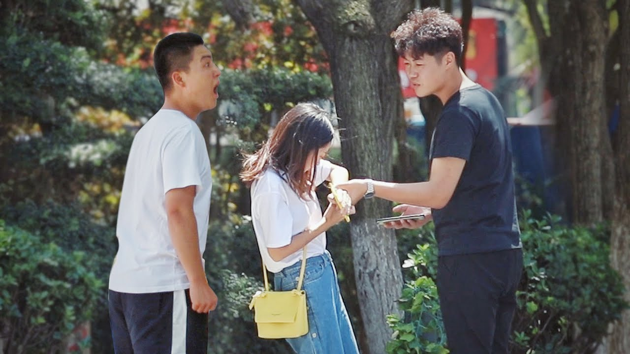 When Girl Is Accosted and Pestered by Man | Social Experiment 当女生遭遇恶意搭讪... #Shorts