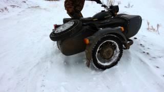 мотоцикл урал. днепр по снегу в горку(мотоцикл урал. днепр по снегу в горку., 2014-11-30T18:57:12.000Z)