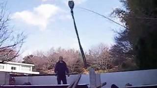 山口県に来た運送トラックに積まれた農機具をクレーンで下ろしました。...