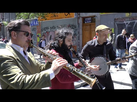 "Madrid Hot Jazz Band: ""Joshua Fit the Battle of Jericho"" - Busking in Madrid"