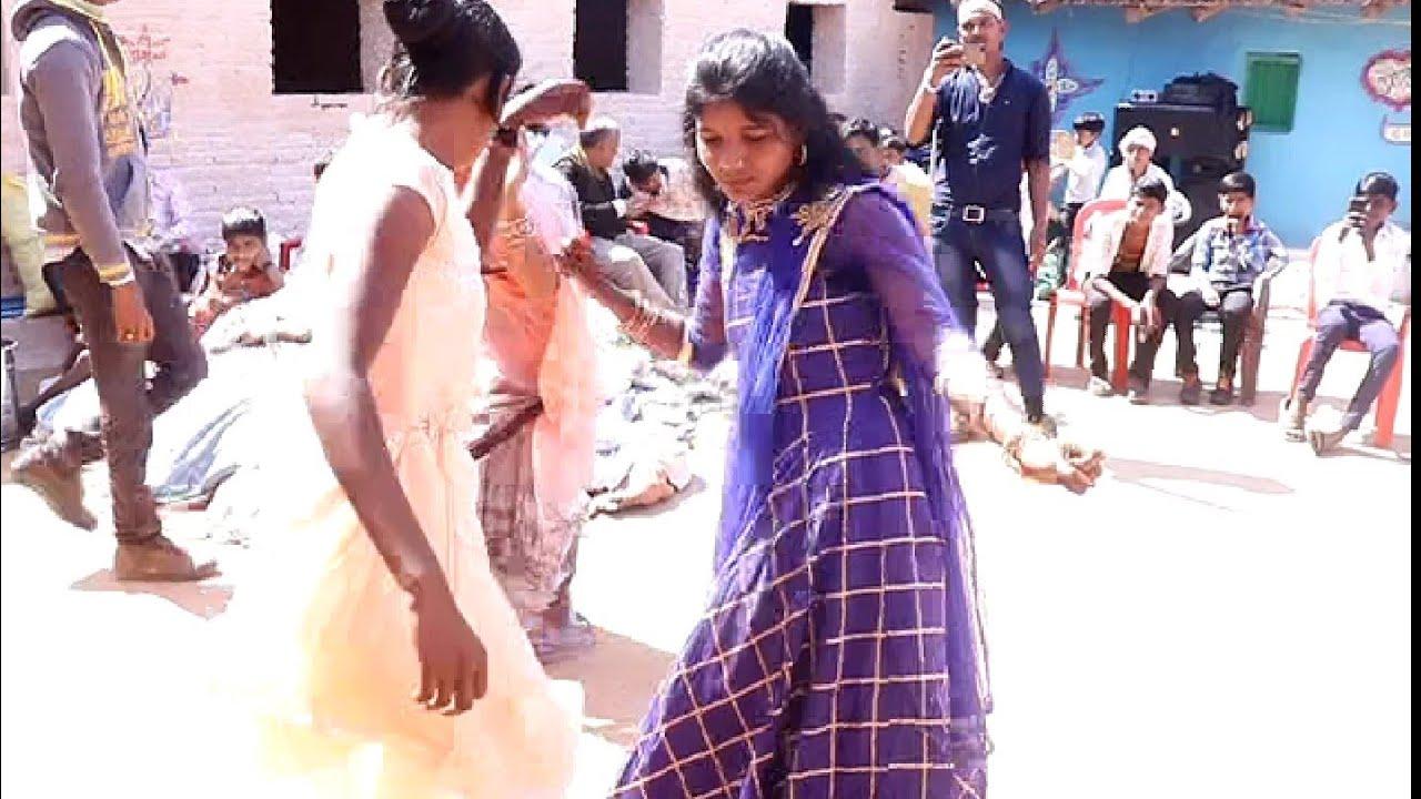 दो लड़कियों का नाच देखते रह गए बाराती
