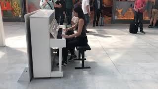 Airport Piano ladyva