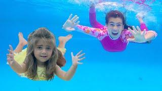 나스티아와 아르 템은 어린이 수영장에서 수영하는 방법에 대한 노래를 부릅니다