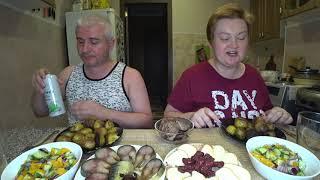 Мукбанг ПИЩА БОГОВ 🤤 на ужин 🐟🍲🍄🍺 Скумбрия жареная картошка грузди салат и пиво