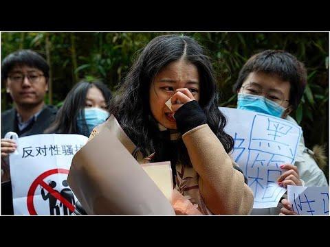 شاهد: محاكمة نجم تلفزيوني بالتحرش الجنسي بمتدربة في قضية أثارت ضجة في الصين…