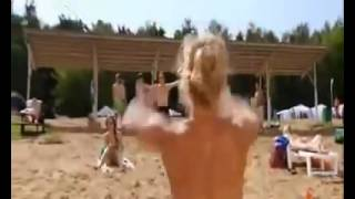 Nackte Frau spielt Ball