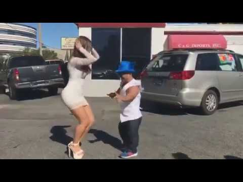 Девушка сексуальная танцует