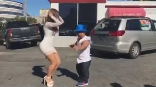 Карлик танцует с сексуальной девушкой 2