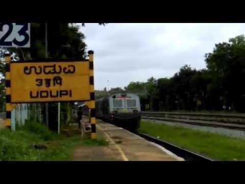 mangalore-central--madgaon-demu-[70106]-arriving-at-udupi-station.