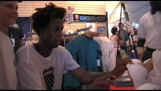 Legg Mason: Gaels Monfils autographs for the fans 8/2/11