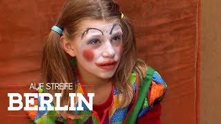 Kind im Clown Kostüm wurde angefahren: Blutspur führt nach Hause! | Auf Streife - Berlin | SAT.1 TV