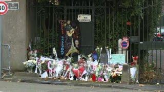 Ce jeudi matin à Marnes-la-Coquette, des fleurs pour Johnny