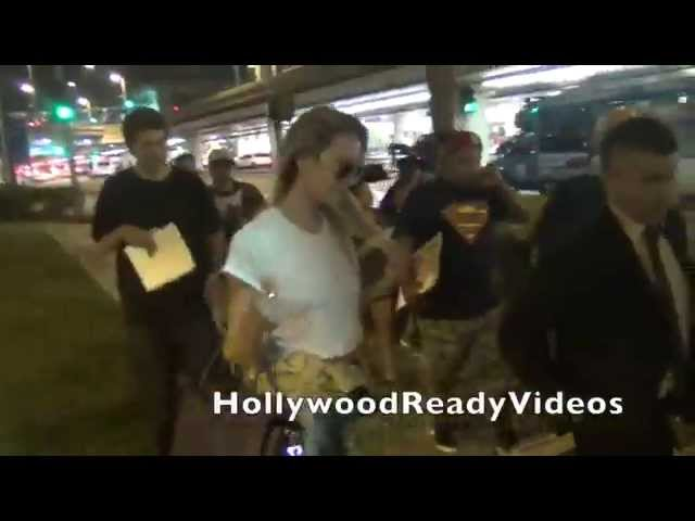 Candice Swanepoel swerves on fans arriving in LA from NYC at LAX airport