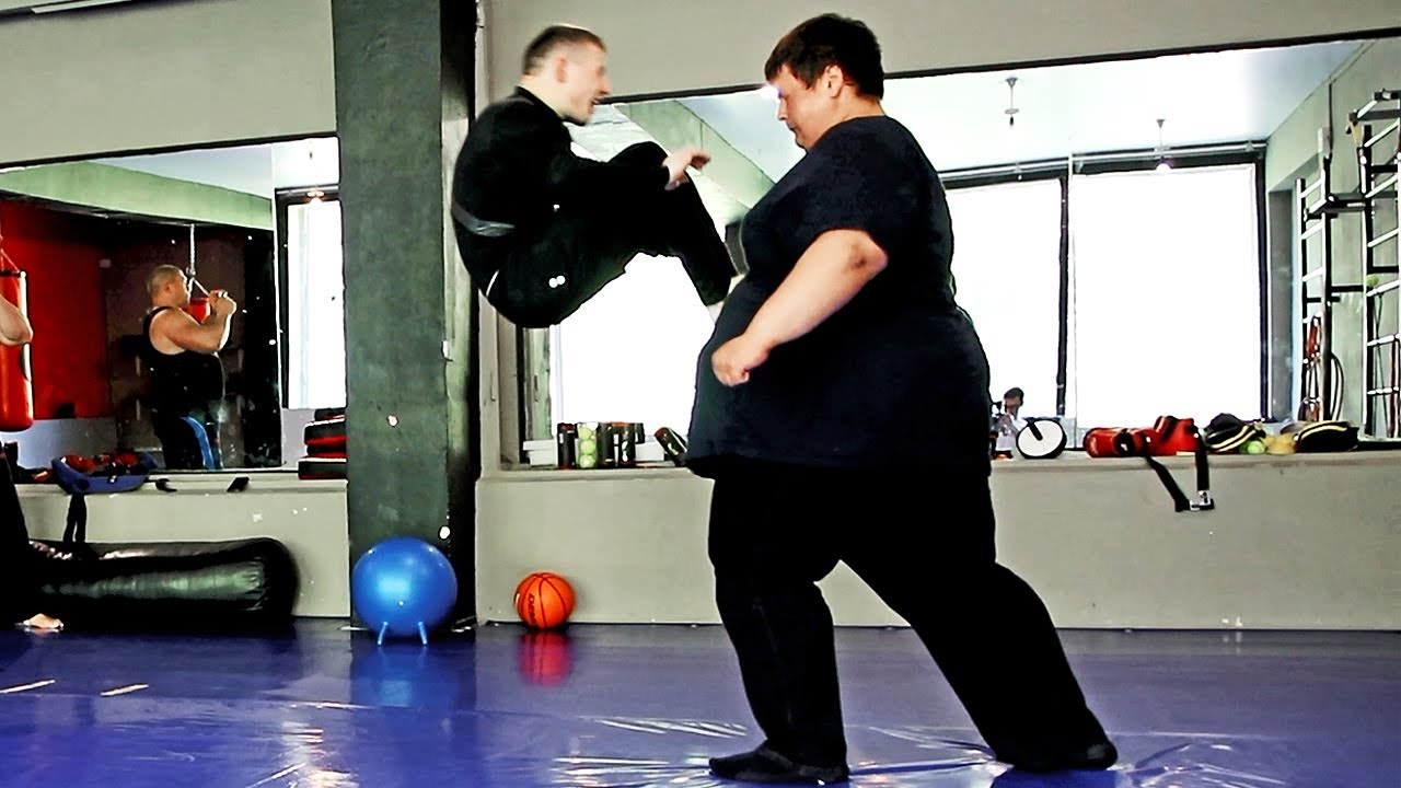 Толстяк против бойца / Fatboy (260kg) vs little fighter (60kg)