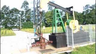 Wydobycie ropy naftowej. Żuraw pompowy. Konik, kiwon. Pompowanie ropy naftowej.