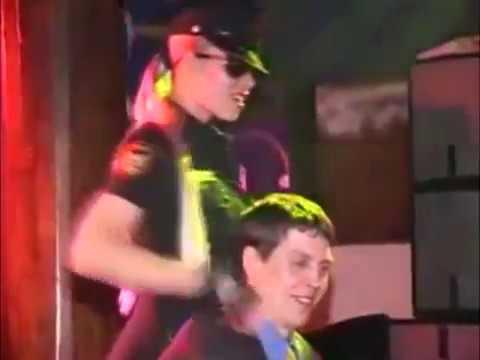 Стриптиз блондинки в полицейской форме фото 218-137