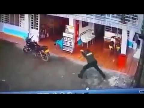 Dos policías se enfrentan a bala con bandidos en una gasolinera del Huila; tres heridos
