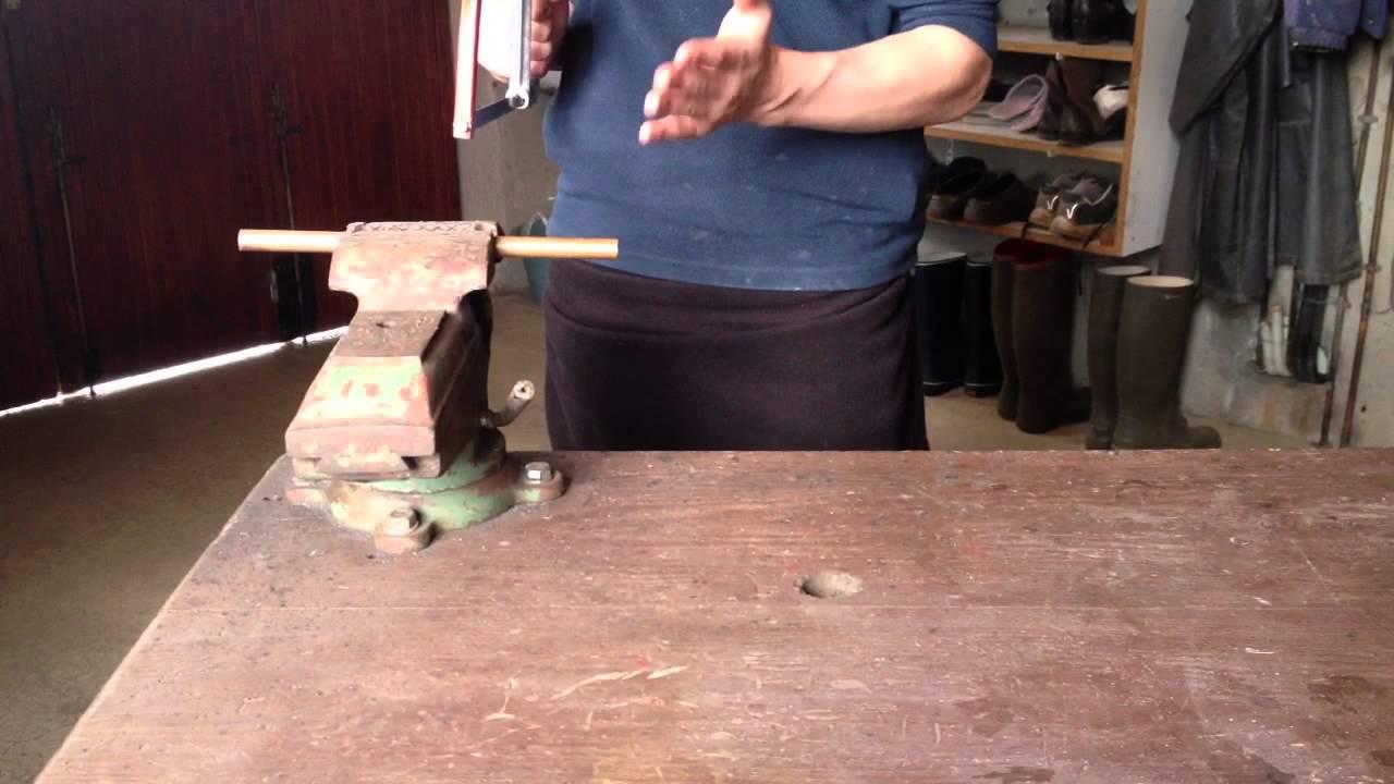 Utiliser une scie m taux scier un tube en m tal youtube for Utiliser une scie sauteuse