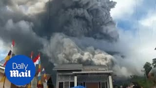 فيديو .. لحظة انفجار بركان ضخم وانتشار سحابة هائلة في إندونيسيا