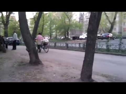 Woman gets food and goes home in Moscow, 2014