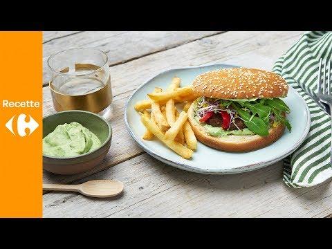 burger-végétarien,-sauce-à-l'avocat,-poivrons-grillés-et-frites-au-four