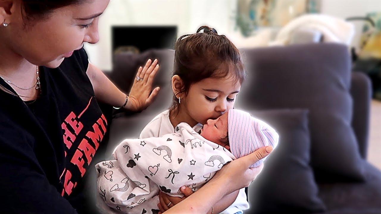 elle-meets-her-newborn-sister-adorable