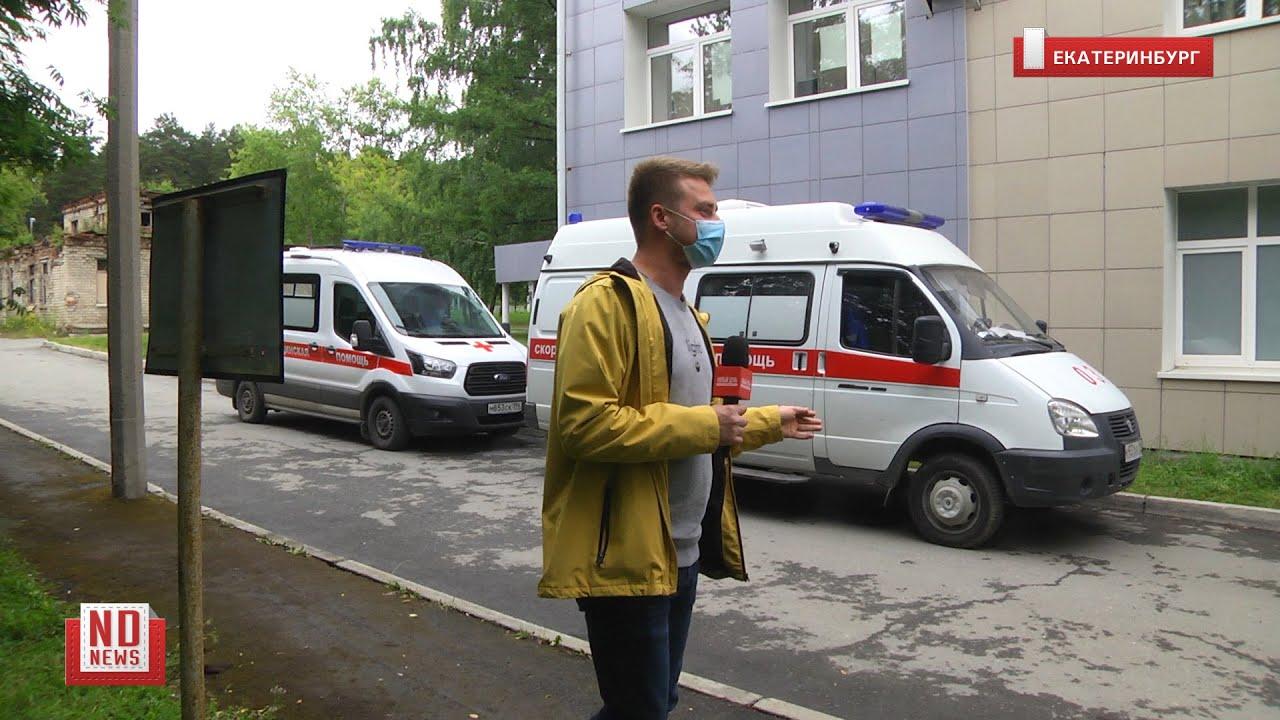 Очередь из машин скорой помощи возле больницы