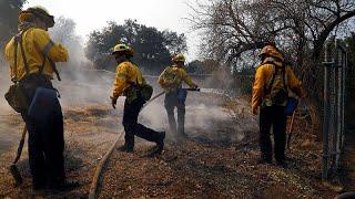 """أعنف حرائق في تاريخ كاليفورنيا تقتل 42 شخصا وترامب يعلنها منطقة """"كارثة كبرى""""…"""