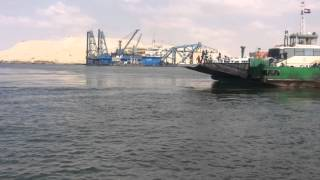 قناة السويس الجديدة : مشهد لمعدية نقل المواطنيين بنمرة 6 بجوار العمل بالحفر والتكريك