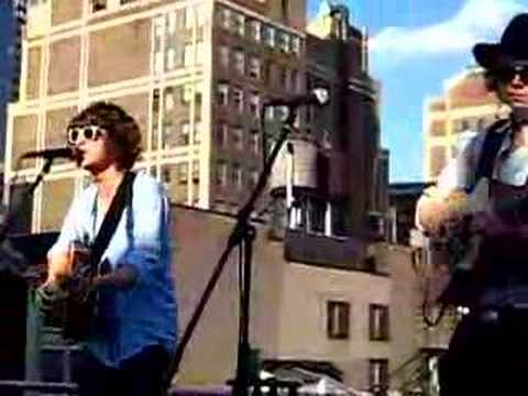 "The Kooks ""ooh La"" Acoustic In New York City On EMI Rooftop"