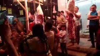 فيديو  عامل جزارة يرقص بملابس