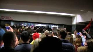 9 мая спуск в метро Славянский бульвар после салюта, исполнение песни Катюша