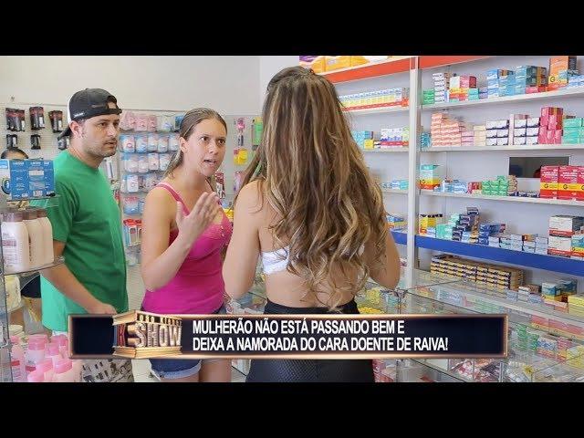 Garota tira a roupa ao passar mal na farmácia e mulherada fica furiosa
