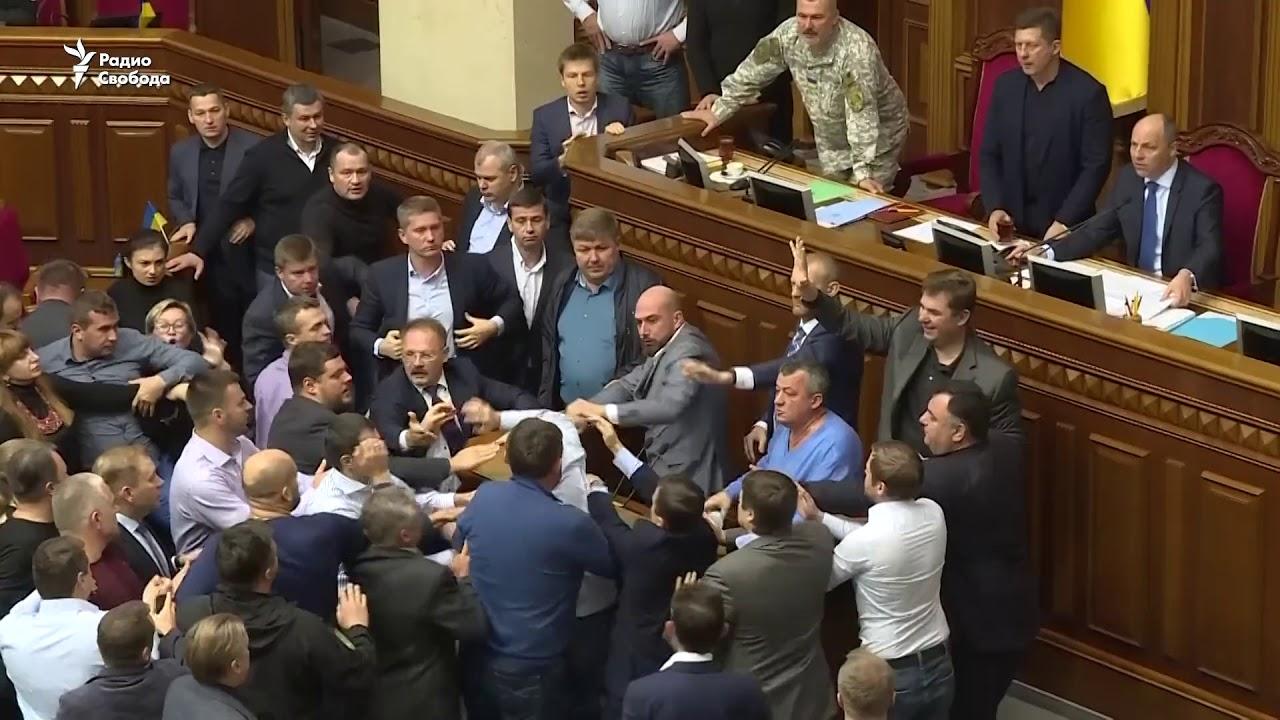 Дымовые шашки, стычки и задержания: В Киеве отметили День победы .