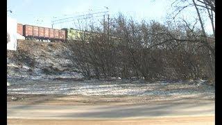Полоса отвода железной дороги в Ельце превратилась в стихийную свалку.(Мусорят - дачники, должны отвечать -- железнодорожники, а убирают -- школьники. Когда полосу отвода железной..., 2014-04-02T14:39:12.000Z)
