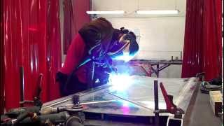 Полуавтоматическая сварка алюминия (не учебный ролик)(Видео на котором представлен процесс сварки алюминия полуавтоматом. Это не учебный ролик, на нем просто..., 2014-11-20T08:40:48.000Z)