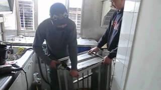鐵工工程現場--鐵工師傅現場加工小型防盜鐵窗